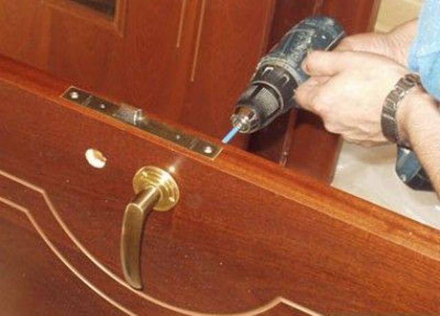 Как своими руками поставить дверь